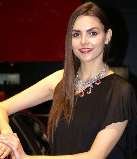 组图:自信的微笑 日内瓦车展美女车模赏