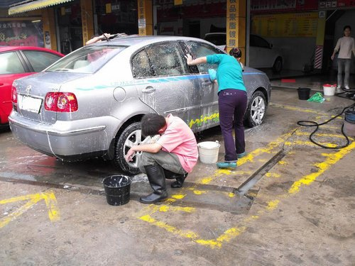 洗车别图便宜 街边小店勾兑洗车液需谨慎