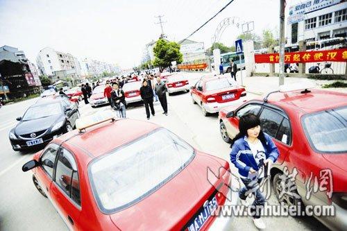 不满换装计价器 武汉新洲区出租车罢运
