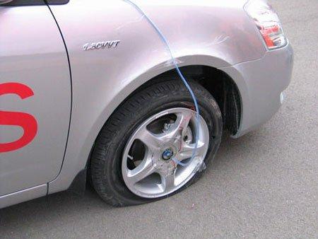 安全贴士 汽车高速爆胎时千万别猛踩刹车