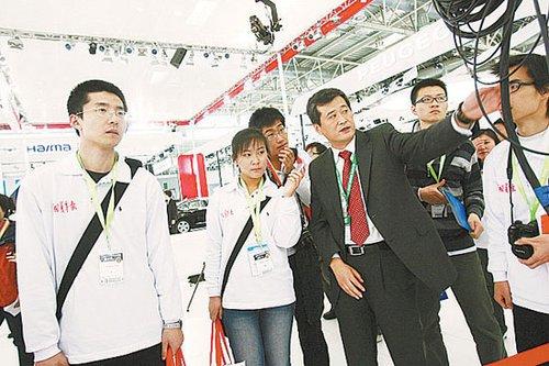 大学生记者采访团成北京车展一抹温暖亮色