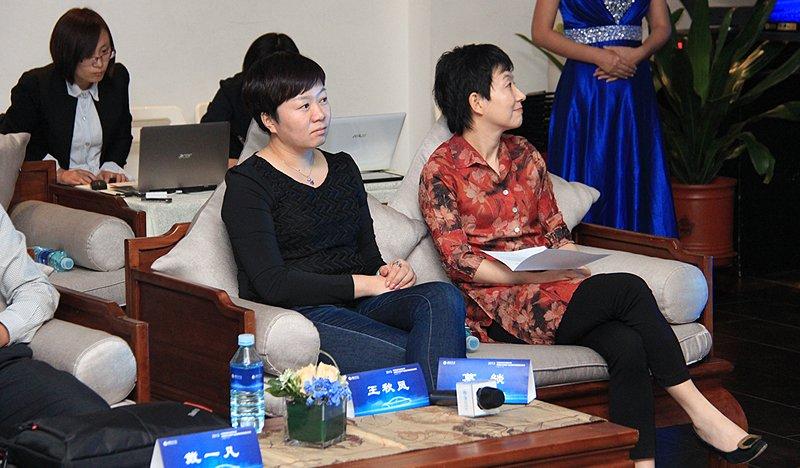 腾讯公司区域门户运营部副总经理--葛�穑ㄓ遥�;腾讯汽车总监--王秋凤(左)