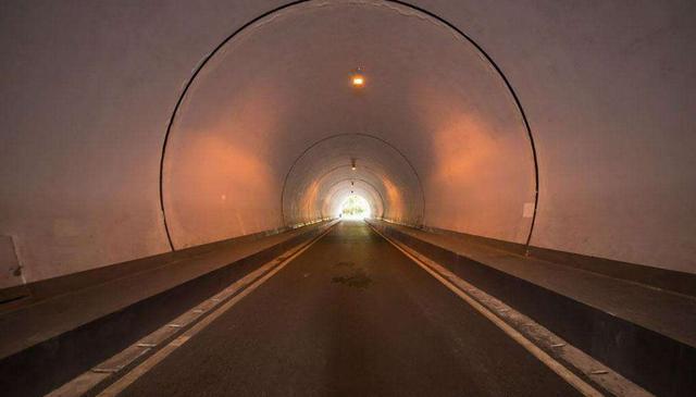 """隧道里开车可不只是""""黑""""那么简单"""