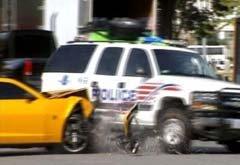 大黄蜂转弯加速撞上警车 结果质量让路人大笑