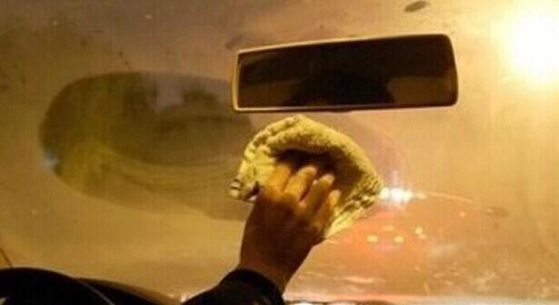 冬季驾车 车内玻璃起雾一招解决 必要时还能救命