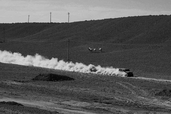 越野车在西部的大漠中狂飙