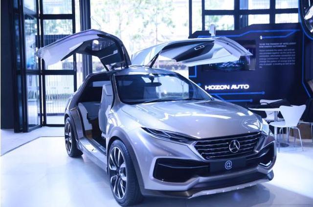 11月16日,在世界互联网大会开幕首日,浙江合众新能源汽车公司(下称合众汽车)的概念车正式亮相,给境内外观众带来不少惊喜,而11月18日合众汽车合生态创新生态发布会也给市场带来更多的遐想空间。分析认为,具备智能移动基因的合众新能源车,或将借助三网互联的合生态引领人车感知的终端革命。 借智清华技术 汽车将成新的社交终端 传统汽车领域,95%以上核心技术由外国公司控制,再想有所突破,难上加难。 合众汽车董事长方运舟认为,在新能源汽车领域,国内外基本上处于同一个起跑线,有与国际车企同台竞争的