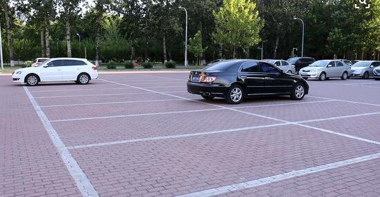 停车场有那么多空位 为什么有人喜欢扎堆停
