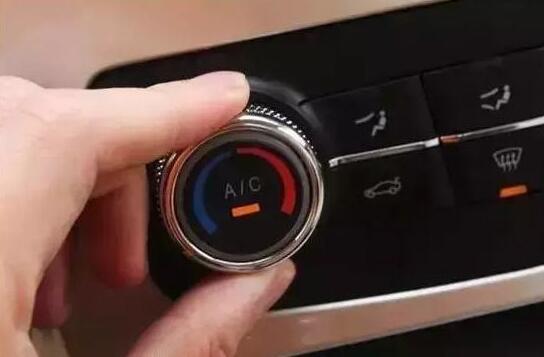 为什么按下AUTO键之后 A/C会自动点亮?
