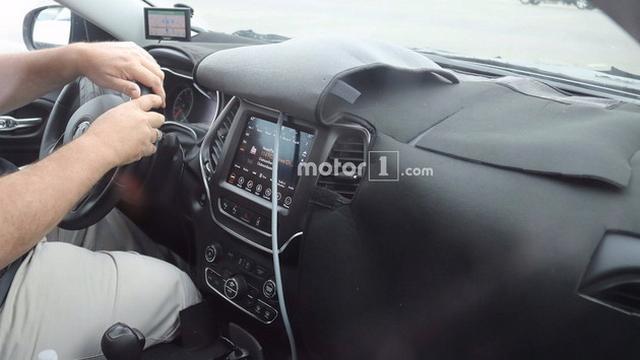 Jeep新款自由光谍照 取消分体式头灯