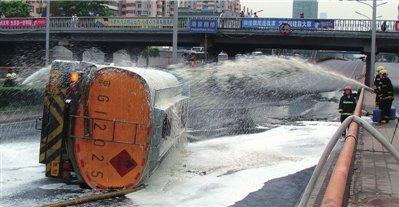 消防员用泡沫稀释泄漏出的汽油 本报通讯员孙祥摄