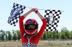 车神女郎挥舞赛旗,比赛正式开始!