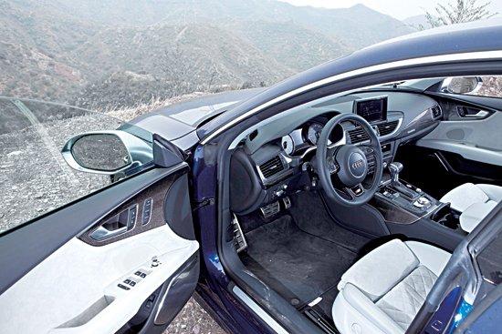 但s版却提供了v8双涡轮增压发动机,深蓝色的车身配合银色后视镜,给它