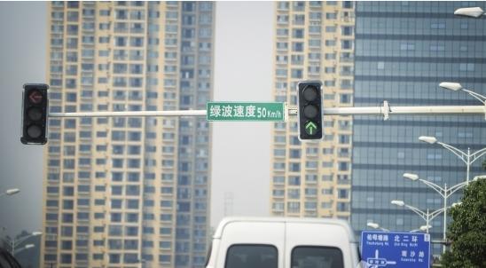 开车上路时一路绿灯 真是运气好这么简单吗