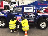 工作人员正在检修比赛车辆