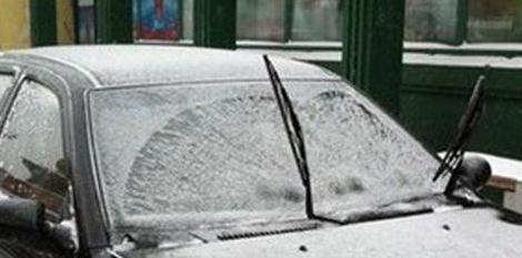 冬天汽车上冰霜难清除 一个生洋葱帮你解决
