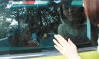 一岁半孩子被锁车内 缺氧险窒息