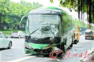 广园快线大客车撞小车 小车司机腰部受伤