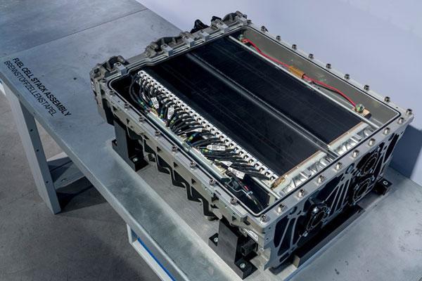 不过,Merten认为目前氢能源技术还存在较大的提升空间。其一就是氢能源汽车仍有较大的重量,比如宝马正在测试的氢动力燃料电池版本的5系GT就比汽油版本重很多,这直接增加了后期用车成本。宝马准备在车身上增加更多轻量材料来为其减重,比如现在使用的压力为700 Bar的储氢罐就是由碳纤维和铝制成的。 其二就是氢能源相关的基础设施仍然在建设中,不完善的配套设施也是阻碍氢能源汽车发展的一个重要因素。美国加州、欧洲以及日本是目前世界上对此投资较大的几个地区,比如德国政府计划在2018年建成100个充氢站,作为最初的