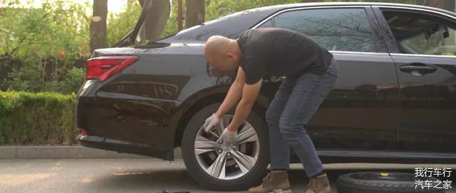 如何正确更换汽车备胎 操作不当会伤车