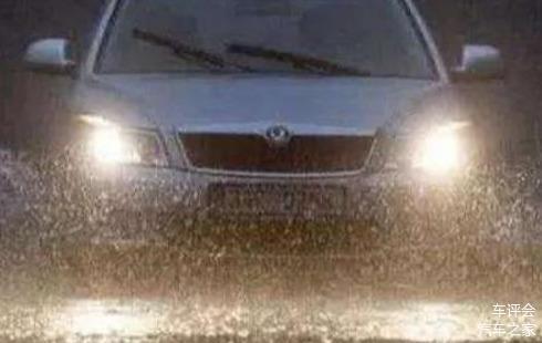 高速开车遇到雨天 到底应该怎么使用灯光呢