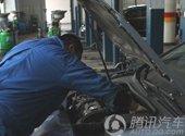 师傅在检查发动机