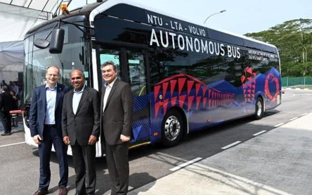 全球第一辆全尺寸无人公交车上路测试 可乘80人