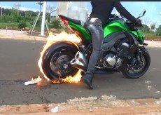 摩托车后轮倒油踩油门