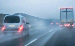 雾霾天开车注意安全 视线不好勿盲目超车