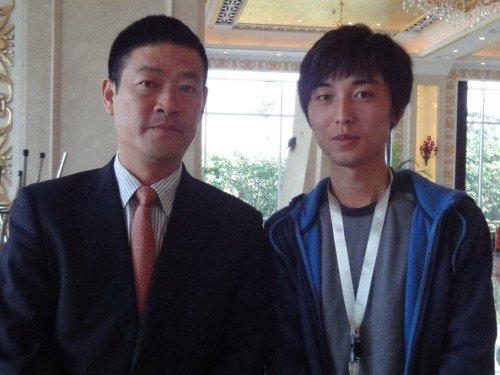 广汽丰田副总经理胡苏(左)与记者合影