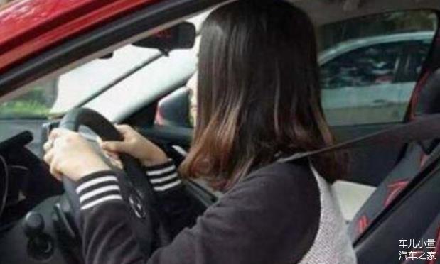 为何老司机开车时座椅后调 新手开车却往前调