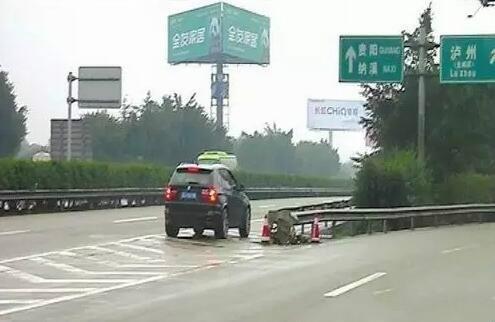 开车这几个动作最作死 车被撞了还得自己负责