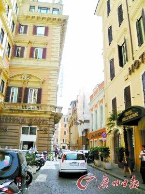 罗马道路狭窄,路边停满车辆。