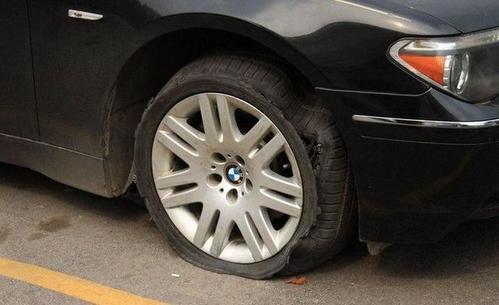 3个汽车爆胎的前兆 5万公里没换胎的要注意!