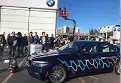 CES最萌机器人举牌为宝马自动驾驶车引路