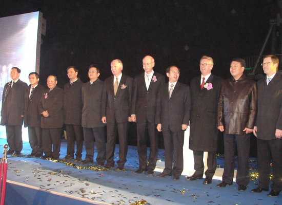 全球最大奔驰三叉星徽登临北京戴姆勒大厦