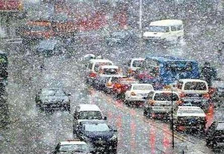全国多地乍暖还寒降春雪 路面湿滑行车难