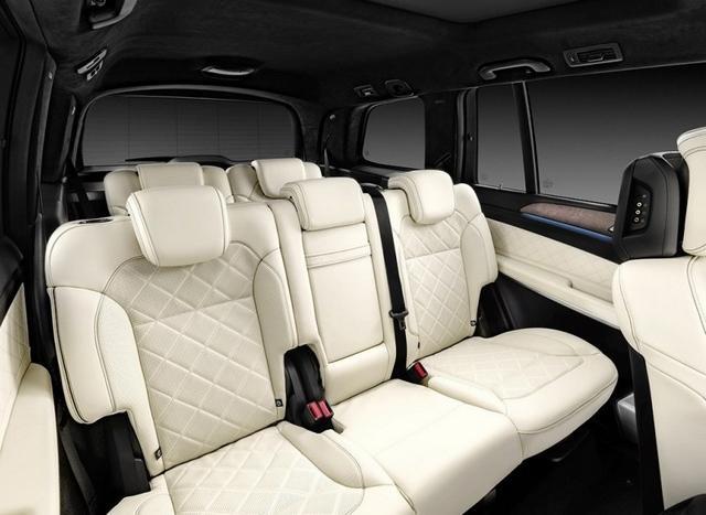 [摘要]2015洛杉矶车展正式开幕,车展上有多款重磅新车进行发布,包括凯迪拉克XT5、新Passat、新君越、新一代思域、全新伊兰特等等,下面就为大家直击本届洛杉矶车展的首发新车。 奔驰新款GLS 奔驰GLS级可以看做是现款GL级的中期改款车型,外观方面GLS相比GL进行了较多的整容,特别车头的重新设计让新车精神了很多。而车头的变化还是遵循了新的家族设计,带来了饱满的头灯和运动味更足的前保险杠,头灯当然是带来了最新的LED头灯,下唇的一抹镀铬扰流板也是极为精致。另外,全新设计的格栅横条也是新的看点,双辐条