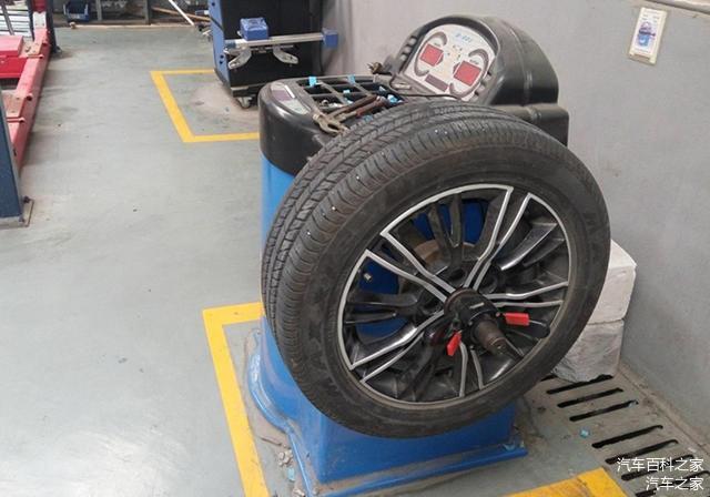 轮胎坏了要成对换吗 不同品牌的轮胎可以混用吗