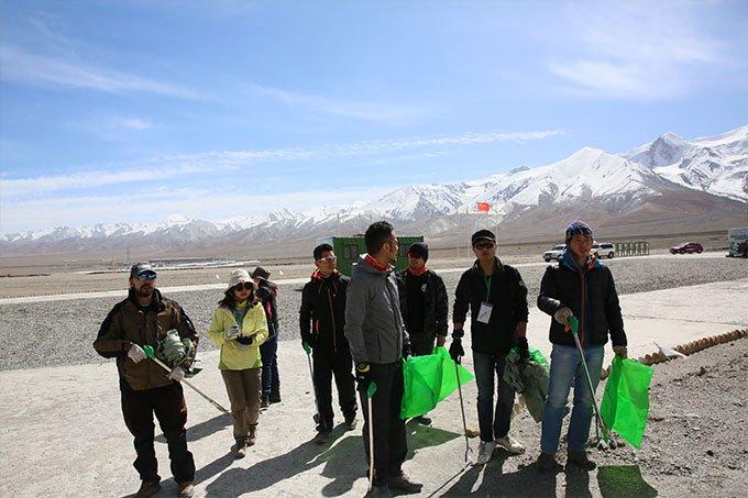 任贤齐和赵宏义跟志愿者一起,用行动保卫这片美丽的土地
