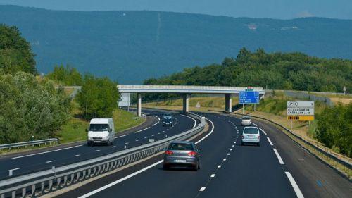 高速走中间车道更安全?其实还有别的好处