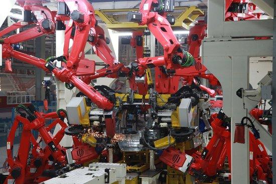 应用点焊机器人这种技术可以提高焊接质量,因而甚至试图用它来代替图片