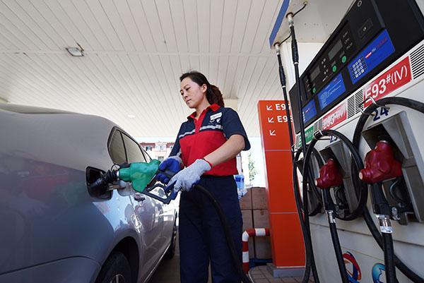 不要以为给汽车加油很简单 不注意照样出危险