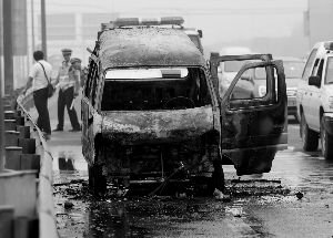 京北五环上清桥主路 小面包车自燃剩铁架