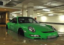 新加坡某豪宅地库超跑被淹
