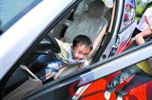 儿童乘车安全隐患多 安全座椅市场冷清