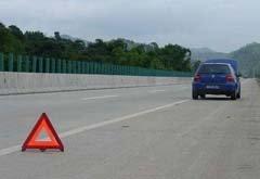 高速路上停车夺人命 必须停车时该这样做