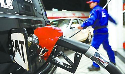 发改委:成品油价格小幅上调 97号汽油逼近7元大关