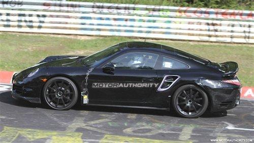 继全新保时捷911 Carrera法兰克福车展全球首发后,近日海外媒体曝光了一组新保时捷911 Turbo在纽伯格林的测试谍照