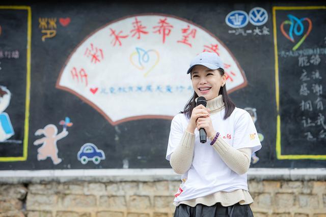 传梦公益基金创始人、著名演员孔维为学生们讲授多彩未来公开课